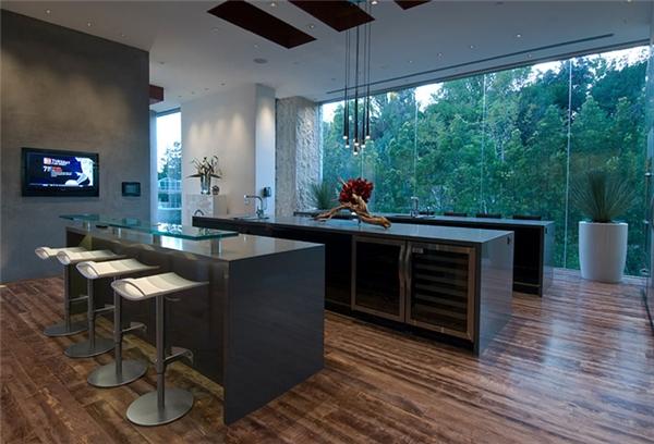 Xanadu 2.0 có đến 6 gian bếp và một đầu bếp riêng 24/24. Gian bếp chính có tường bằng kính nhìn ra rừng cây bên ngoài, có hầm chứa rượu và hai quán bar nằm ở hai đầu căn phòng.