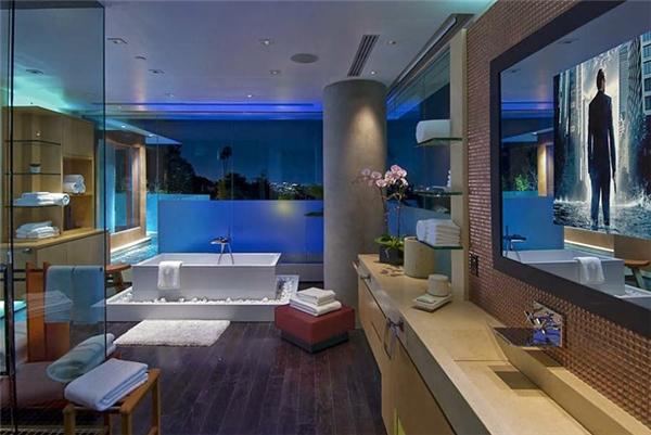 Có tổng cộng 24 phòng tắm được trang bị tất cả mọi trang thiết bị cần thiết và có tầm nhìn đẹp.