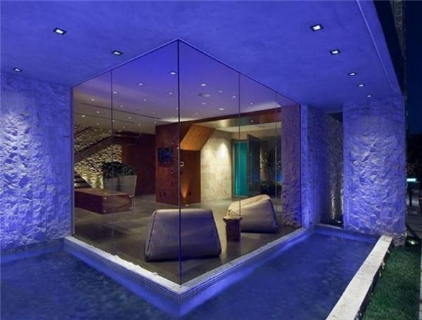 Vì nhìn ra vùng hồ tuyệt đẹp nên phần lớn các bức tường trong nhà đều được làm bằng kính. Ngoài ra ông còn thích trang trí các bức tường bằng đèn màu và có hồ nước bao quanh.