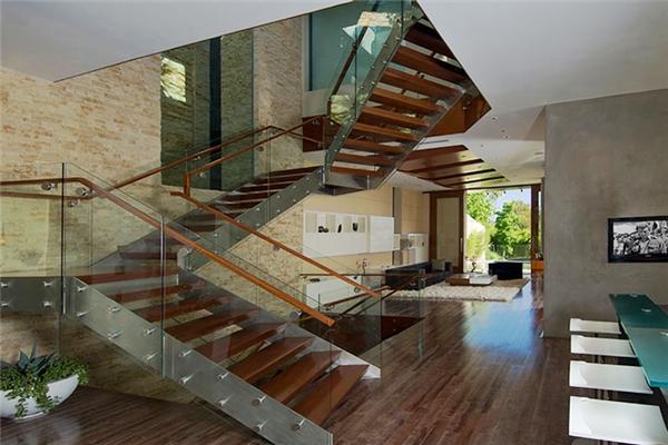 Cầu thang được kết hợp từ thép, gỗ và kính. Nếu muốn lên đến mái nhà bằng thép không gỉ nhìn ra khoảng không gian tuyệt đẹp của thành phố thì bạn phải leo 84 bậc thang dài 28m và cao 19m. Nếu sợ bạn có thể đi lên bằng thang máy.