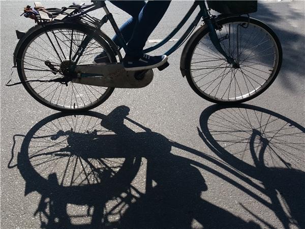 Nắng chiều đổ bóng in trên mặt đường, người dân ra ngoàikhông thể không mang giầy và quần áo kín