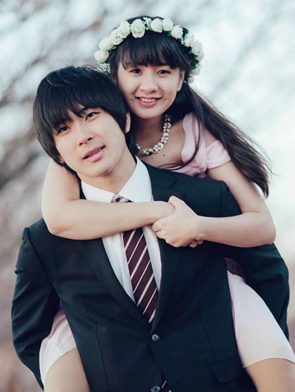 Đôi trẻ cười rạng ngời, hạnh phúc trong lễ cưới.