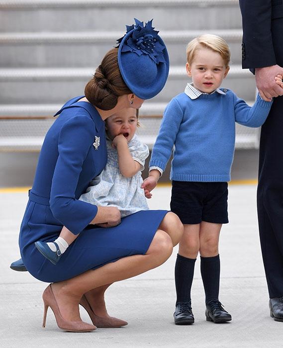 Mới đây nhất, xuất hiện trên một chuyến bay cùng bố mẹ, hoàng tử nhí tiếp tục gây sốt với bộ trang phục sơ mi mix cùng áo len xanh, quần lửng đen.