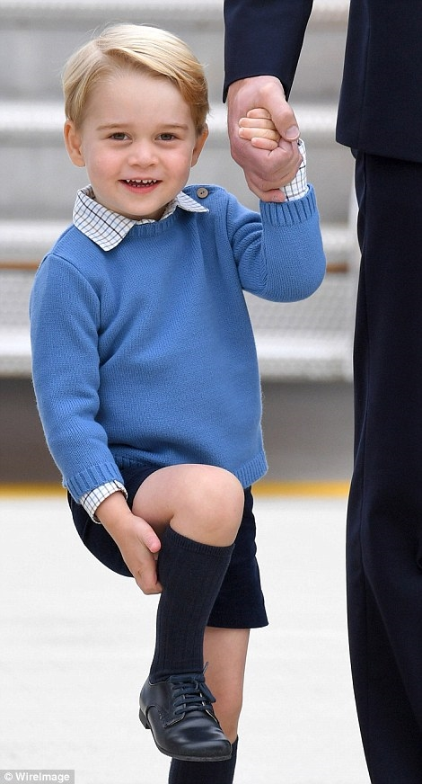 Là người kế vị thứ 3 của xứ Cambridge, George luôn xuất hiện vô cùng chỉnh tề, trang trọng cùng bố mẹ.