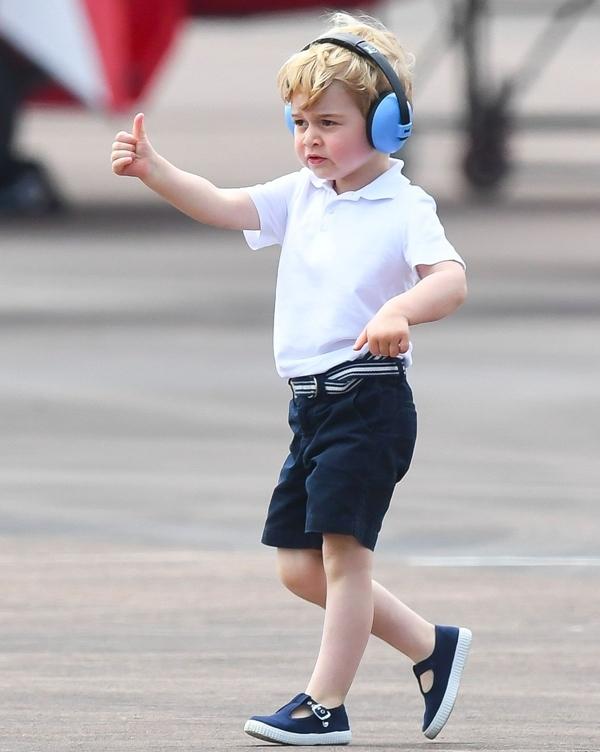 George trông vô cùng bảnh trai, đáng yêu với áo sơ mi cộc tay trắng và quần lửng đen.