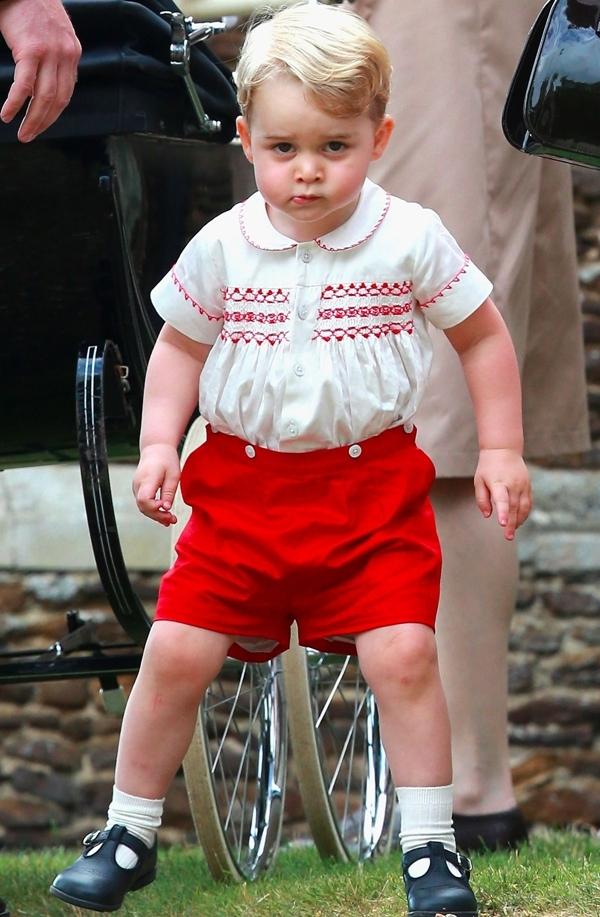 """Bộ trang phục quần đỏ mix áo sơ mi trắng cùng màu viền bỗng chốc trở thành """"cơn sốt"""" sau khi được hoàng tử nước Anh chưng diện."""