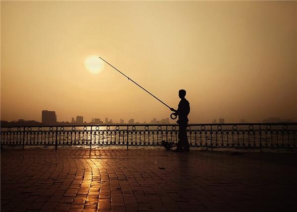 Hồ Tây lúc 17h,cái nắng vẫn chói changoi ả. Ảnh: Nguyễn Anh Vũ