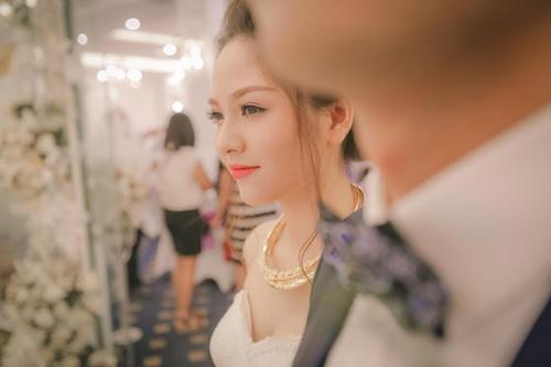 Cô gái trẻ xinh xắn trong chiếc áo cưới.