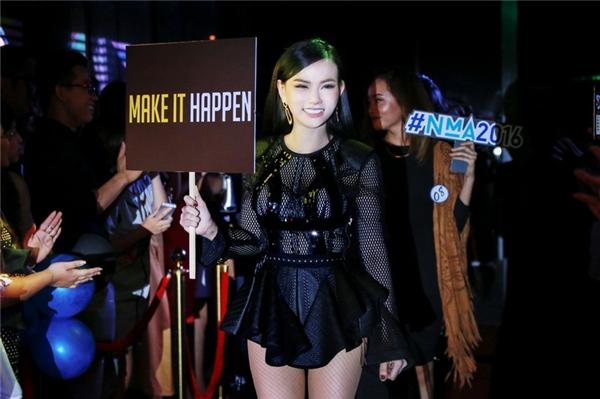 Sự xuất hiện của Thu Thủy trong trang phục của Ivy Moda hoàn toàn bất ngờ, cô mang thông điệp Make It Happen – người trẻ dám thực hiện ước mơ.