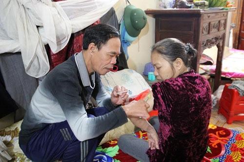 27 năm bà Minh mắc bệnh là bằng ấy năm ông Hồngđôn đáo khắp các nẻo đường tìm thuốc chữa. Ảnh: Dân Trí