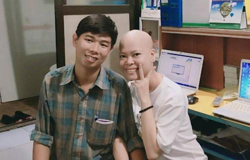 Đối diện với lần trị liệu thứ 2,trên môi Hằng luôn nở nụ cười hành phúc vì có người yêu bên cạnh