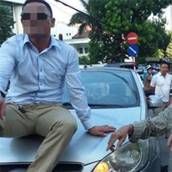 Cố thủ trên nóc ca-po, tài xế phải đối mặt với 4 hình phạt. Ảnh: internet