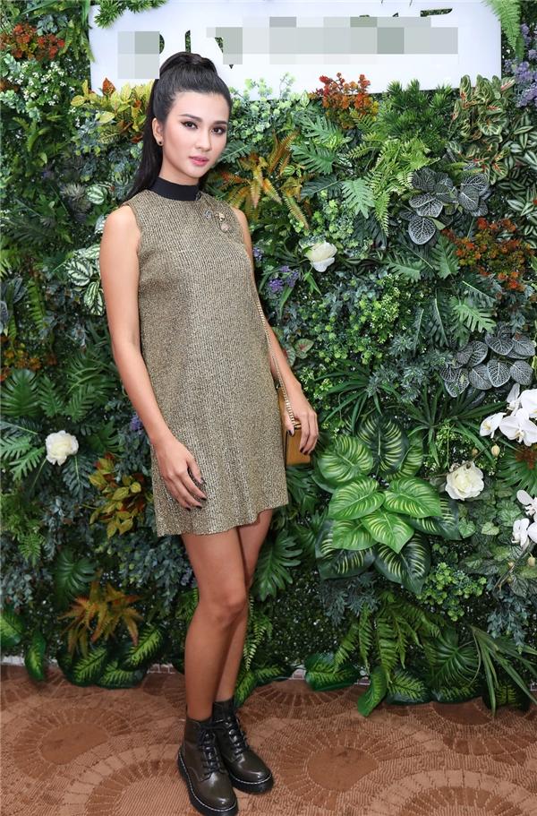 Nữ diễn viên Kim Tuyến diện váy giấu đường cong đơn giản với sắc màu trầm mặc.