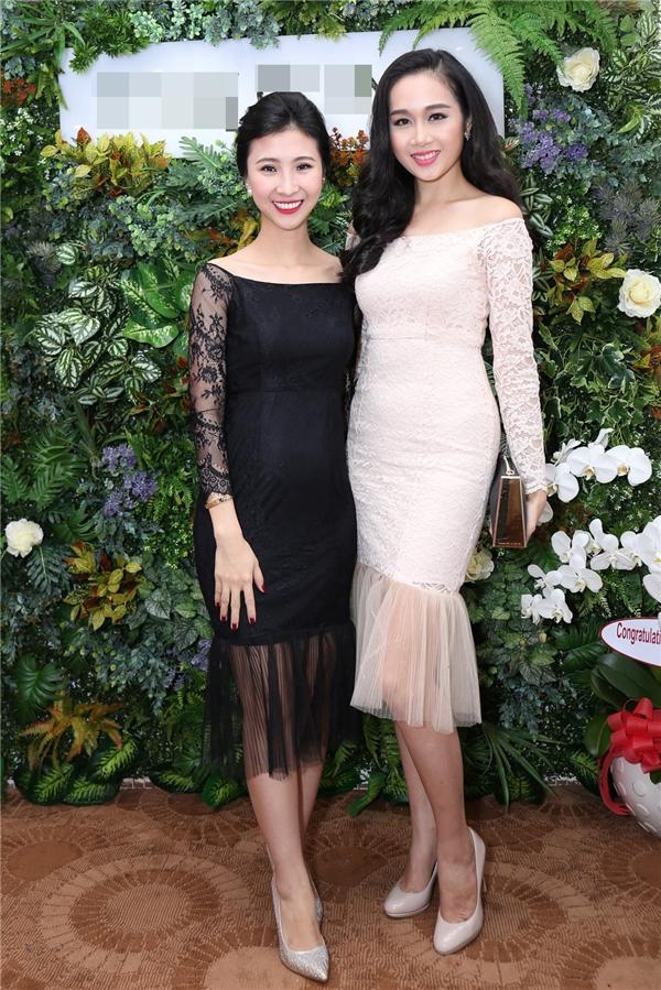 Người mẫu Lê Thu An (trái) khoe vai trần gợi cảm cùng số đo 3 vòng nóng bỏng trong chiếc váy ren trễ vai, ôm sát.