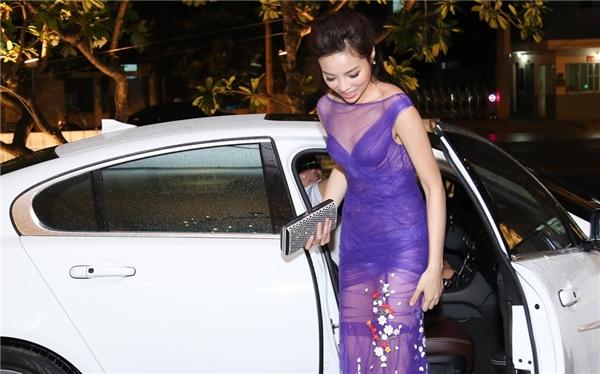 Trên thảm đỏ họp báo giới thiệu vòng chung khảo miền Nam Hoa hậu Việt Nam 2016, Hoa hậu Kỳ Duyên gặp sự cố khi diện nội y trắng tinh bên trong chiếc váy xuyên thấu. Thay vào đó, một chiếc quần màu da sẽ giúp cô nàng an toàn hơn.