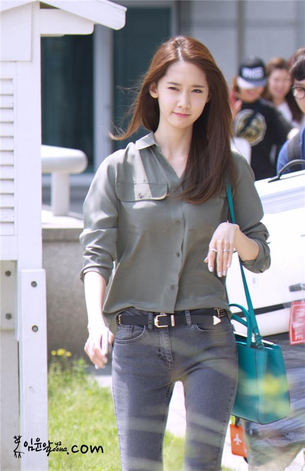 """Không hổ danh là """"nữ thần Kpop"""", vẻ ngoài xinh đẹp của Yoona luôn khiến mọi người ganh tị. Ngoài ra, cô nàng còn thuộc tạng người khó lên cân dù ăn rất nhiều. Thế nhưng, đây cũng trở thành điểm yếu của nữ thần tượng khiến đôi chân vốn không đẹp nay trông còn mảnh khảnh hơn."""