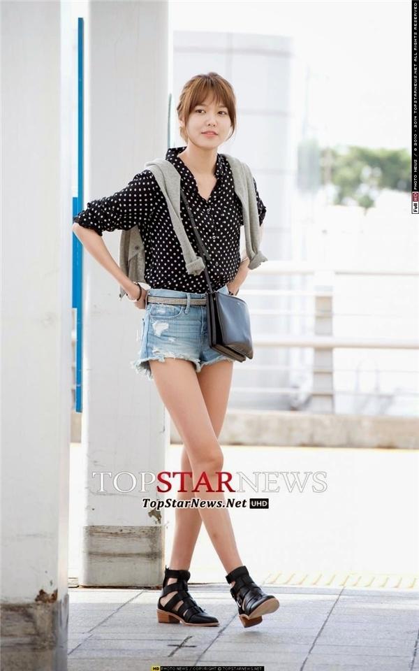 Không chỉ có mỗi Yoona, Sooyoung cũng là một trong những thành viên ăn khỏe nhất SNSD nhưng lại không thể lên cân. Thân hình khẳng khiu cùng đôi chân thon dài của nữ thần tượng luôn là niềm mơ ước của các cô gái nhưng đồng thời lại khiến các fan không ít lần lo lắng.