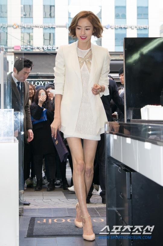 """Lee Da Hee cũng nổi tiếng là một trong những mĩ nhân """"cò hương"""" của làng giải trí xứ Hàn. Thế nhưng, cô nàng hoàn toàn tự tin với thân hình của mình và thường xuyên diện trang phục ngắn nhằm khoe ra đôi chân thon gọn đến nỗi trông không khác gì hai cây tăm."""