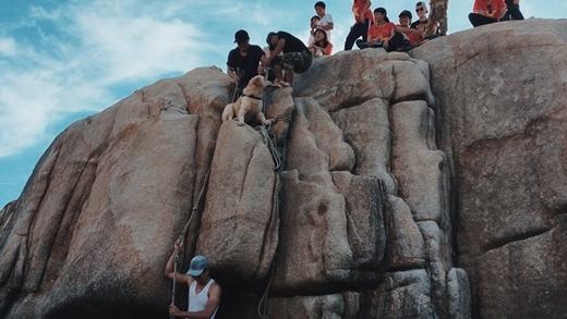 Hốp đã cùng mọi người chinh phục những địa hình khó khăn.