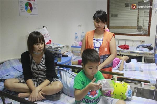 Chị Hoa và con trai ở bệnh viện. Người mẹ đơn thân, yêu con nhiều hơn cả mạng sống.