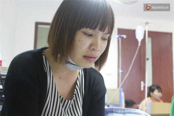 Chị Hoa không cầm nổi nước mắt khi kể về bệnh tình của con trai.