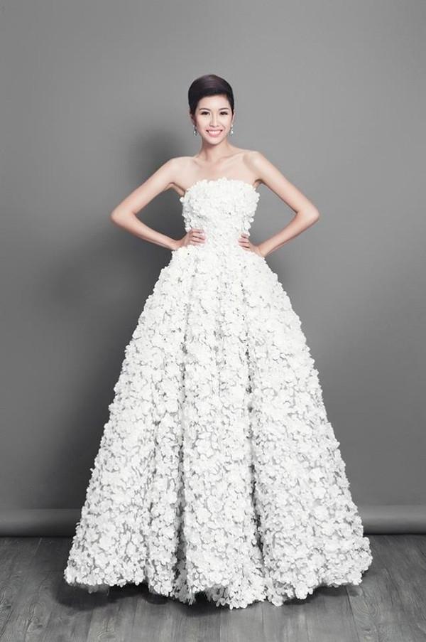 Năm ngoái, Thúy Vân cũng chọn sắc trắng làm tông màu chủ đạo nhưng với phom váy xòe điệu đà. Bộ váy lấy ý tưởng, cảm hứng từ hoa anh đào biểu tượng đặc trưng của Nhật Bản đã giúp Thúy Vân tạo được ấn tượng tốt.