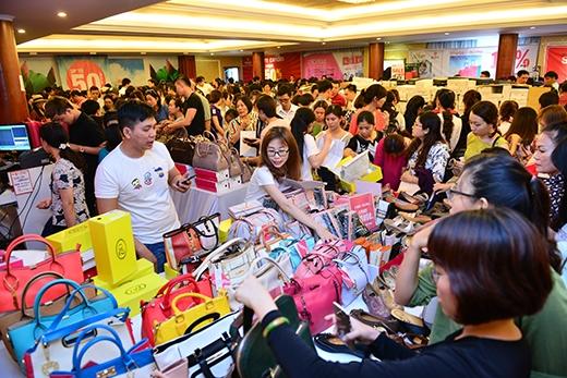 Mộtgóc gian hàng túi xách giảm 50% tại sự kiện Vstyle's Private Sale háng 4/2016.