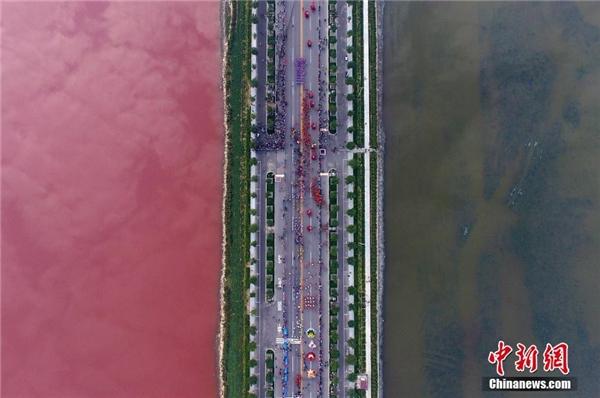 Bí ẩn một góc hồ nước muối cổ đại bỗng chuyển sang màu hồng