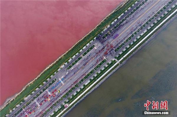 Hồ nước muối cổ đại tại Vận Thành, Sơn Tây bỗng nhiên chuyển sang màu hồng một cách bí ẩn.