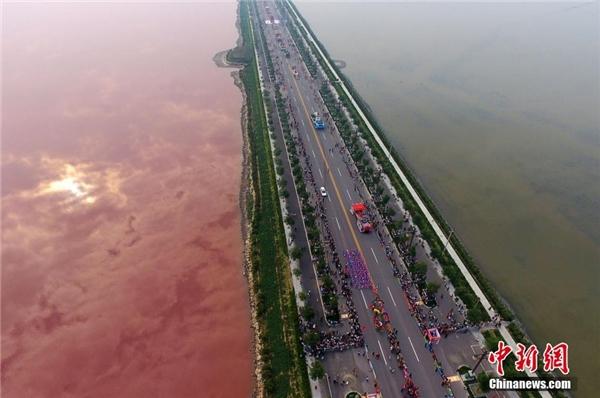 Chỉ có một góc bên kia của hồ chuyển sang màu hồng, bên còn lại vẫn giữ nguyên màu xanh xám như thường ngày khiến mọi người vô cùng ngạc nhiên và thích thú.