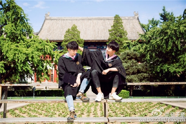 Tử Văn hiện là sinh viên khoa Xã hội học và Tử Hào là sinh viên Khoa Quan hệ quốc tế của đại học Bắc Kinh.