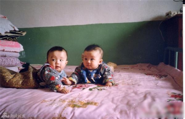 Nhìn ảnh lúc nhỏ của hai anh chàng trông rất đáng yêu.