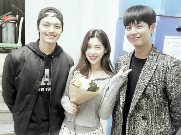 """""""Tình cũ"""" của Kim Yoo Jung gửi quà đến phim trường Mây Họa Ánh Trăng"""