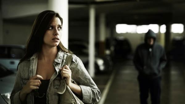 Những ai có thói quen hay theo dõi người khác sẽ trở nên nhạy cảm hơn.