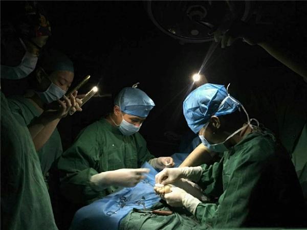 Các bác sĩ trong bệnh viện dùng đèn flash điện thoại làm nguồn sáng cho ca phẫu thuật khi khu vực bị mất điện.