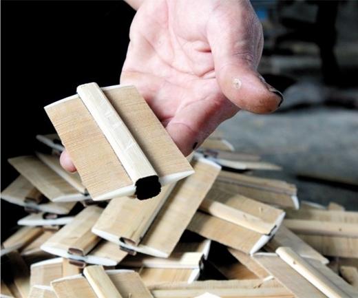 """Liệu bạn có còn nhớ hồi còn nhỏ ông bà đã diệt """"chí"""" cho mình bằng gì không? Đó chính là chiếc lược gỗ thần thánh với các đầu răng liềnkhít này đây."""