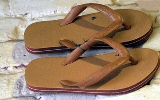 Đây đúng chất là một đôi dép Lào chính tông, chẳng cần thiết kế rườm rà, phức tạp, miễn nhẹ, bềnvà rẻ là được.