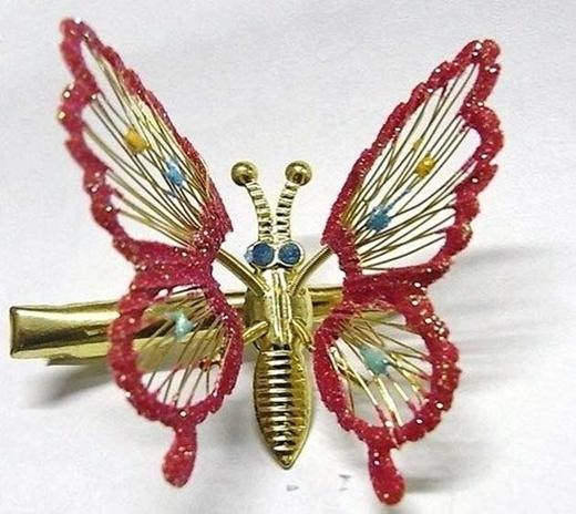 Làm gì thì làm chứ con gái năm 2000 không thể nào thiếu một chiếc kẹp bướm lấp lánh kiểu này.