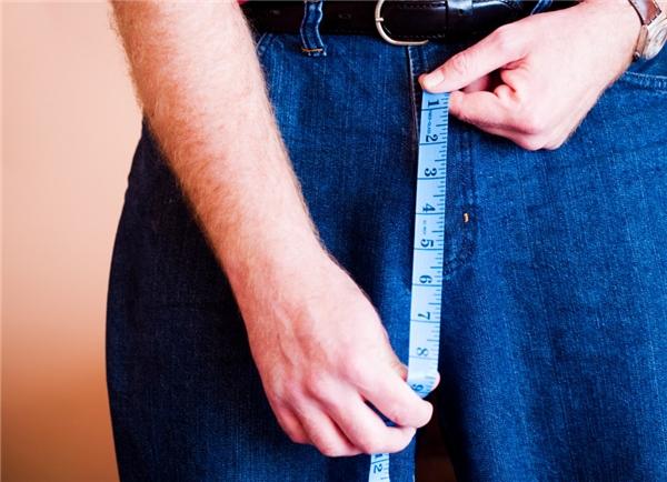 """Nghiên cứu cho thấy, ởnam giới, kích cỡ """"cậu bé"""" rơi vàotừ 7-10cm khi bình thường và 11-16cm khi hưng phấn. Trong khi đó, với JF,""""cậu nhỏ"""" của anh khi bình thường dài chừng 3cm, lúc cương cứngcũng chỉ… 7 cm. (Ảnh minh họa)."""