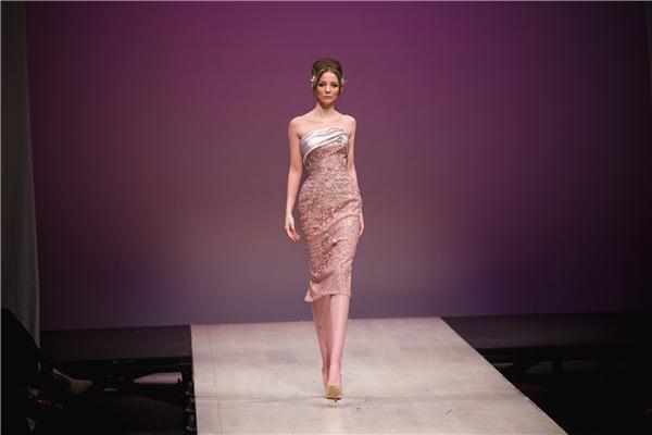 Bên cạnh đó, các bộ váy được tạo nên từ nhiều tông màu xu hướng như: ruby - bạc, nuy - đỏ, hồng - xám, đồng - rêu. Kỹ thuật phối màu theo tầng cũng giúp các thiết kế càng trở nên đẳng cấp và lộng lẫy hơn.