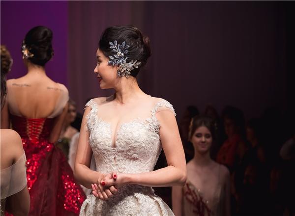Hoa hậu Việt Nam 1992 Hà Kiều Anh được nhà thiết kế Anh Thư chọn trở thành vedette của show diễn. Dù đã từ giã sàn diễn khá lâu nhưng những sải bước catwalk của Hoa hậu Việt Nam 1992 vẫn đầy sức hút.
