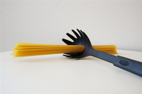Lỗ tròn trên muỗng vớt spaghetti: Nếu trước khi nấu spaghetti mà bạn không biết phải nấu bao nhiêu mới đủ thì chiếc muỗng này sẽ giúp bạn. Nếu một bó mì xỏ vừa vặn vào chiếc lỗ này thì đó chính xác là lượng mì đủ cho một người ăn.