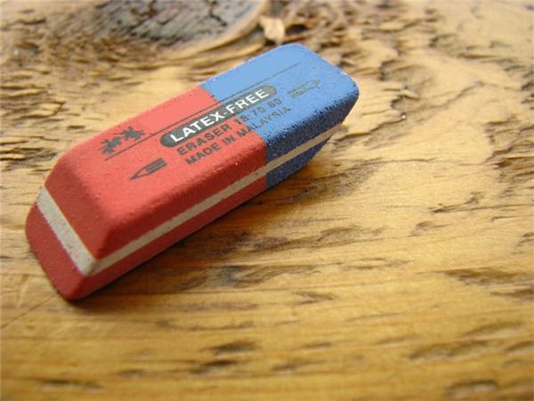 Phần màu xanh trên cục gôm: Ai cũng biết phần màu đỏ trên cục gôm là để tẩy bút chìvà ai cũng nghĩ phần màu xanh là để tẩy mực bút bi. Thế nhưng sự thật lại không phải như thế, nếu dùng nó để tẩy bút mực thì vở của bạn sẽ bị thủng lỗ ngay lập tức. Thật ra, phần màu xanh là để tẩy bút chì trên những loại giấy nhám và cứng, phải cần nhiều lực mới tẩy được, đó cũng là lí do vì sao phần gôm màu xanh có độ nhám cao hơn.