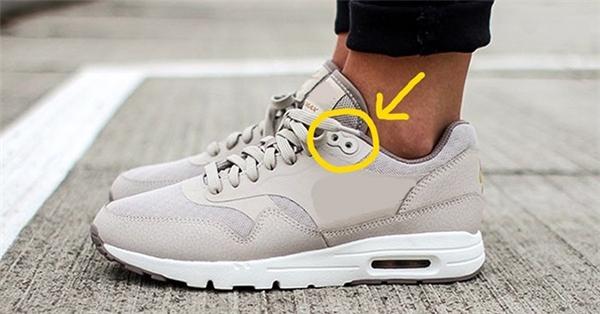Lỗ thừa trên giày thể thao: Thật ra chúng không phải là lỗ thừa mà là do hầu hết chúng ta đều không biết công dụng thực sự của chúng. Nếu xỏ dây vào những chiếc lỗ này, nó sẽ giúp cho đôi giày ôm khít vào chân, giúp cho chân không bị trầy vì cọ xát với cổ giày trong khi vận động.