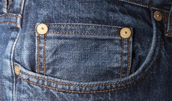 Túi nhỏ trên quần jean: Vào những năm 1800, những chiếc đồng hồ có dây đeo bỏ túi là rất thịnh hành. Lúc đó, chiếc túi nhỏ trên quần jean được thiết kế để cho dân cao bồi cất đồng hồ. Tuy nhiên ngày nay, đồng hồ bỏ túi không còn được sử dụng nữa nên chiếc túi này chỉ còn có chức năng trang trí.
