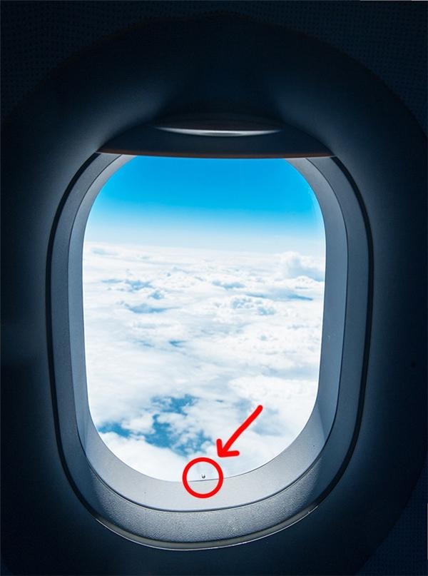Lỗ nhỏ trên cửa sổ máy bay: Tất cả các cửa sổ máy bay đều được làm từ một loại nhựa nhiệt dẻo thay thế cho thủy tinh, và chúng có ba lớp, chiếc lỗ sẽ nằm ở lớp chính giữa. Khi máy bay đạt đến một độ cao nhất định, sự chênh lệch giữa áp suất bên ngoài và trong khoang máy bay là cực kì lớn. Chiếc lỗ này sẽ cho phép không khí được lưu thông đều giữa các lớp cửa để tạo sự cân bằng về áp suất. Lúc này, lớp cửa bên ngoài sẽ là lớp hứng chịu mọi tác động của áp suất không khí, hai lớp còn lại và hành khách bên trong máy bay vẫn bình yên.