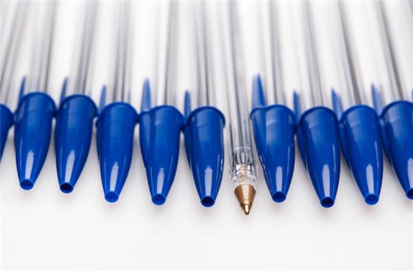 Lỗ trống trên đầu nắp bút bi: Thông thường trong khi đang mải mê suy nghĩ, rất nhiều người có thói quen ngậm, gặm hay nhai nắp bút bi. Tuy nhiên, nếu chẳng may nuốt phải nắp bút vào họng, chiếc lỗ trống trên đó sẽ giúp bạn vẫn thở được. Đó là công dụng của nó. Ngoài ra, chiếc lỗ này còn giúp cho bạn đậy và mở nắp bút bi dễ dàng mà không bị nghẹt không khí.