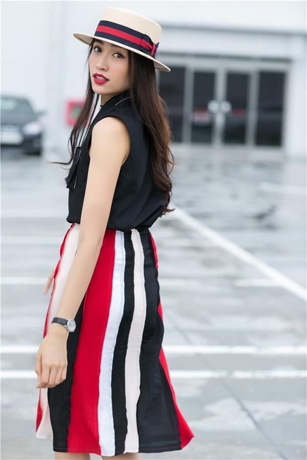 Chân váy với 3 mảng màu trầm mặc, nổi bật đan lồng vào nhau tạo nên sự chuyển tiếp vô cùng thú vị. Công thức kết hợp của Lệ Hằng vừa mang nét nữ tính nhưng không kém phần cá tính, mạnh mẽ.