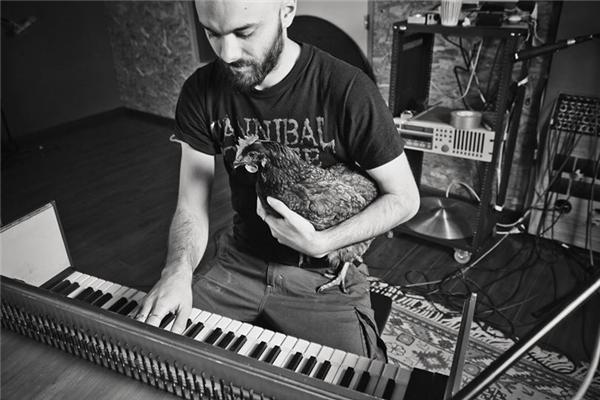 Igorrr sử dụng nhiều nhạc cụ khác nhau để phối bản nhạchoàn chỉnh