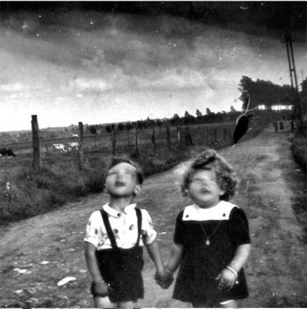 Một phút run tay của người cầm máy đã mang lại gương mặt ma quái cho hai đứa trẻ.(Ảnh: Internet)